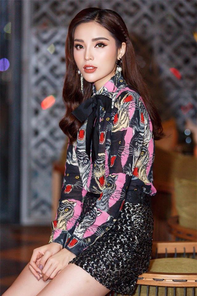 Đã qua rồi thời son lì, loạt người đẹp Việt đang chạy theo xu hướng son bóng nhẫy khoe môi gợi cảm - Ảnh 2.