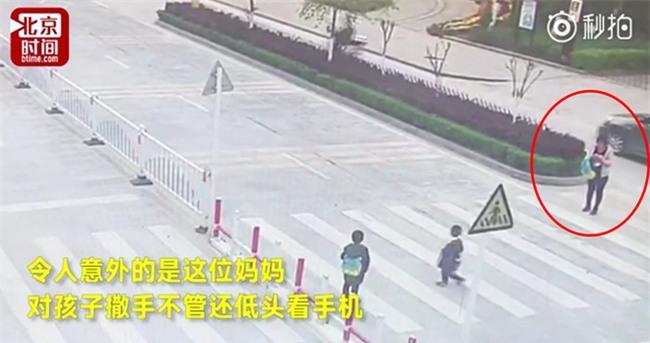 Trung Quốc: Mẹ mải dán mắt vào điện thoại, con trai chạy qua đường bị ôtô tông trực diện - Ảnh 1.