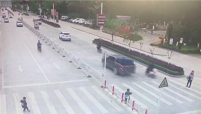 Trung Quốc: Mẹ mải dán mắt vào điện thoại, con trai chạy qua đường bị ôtô tông trực diện - Ảnh 2.