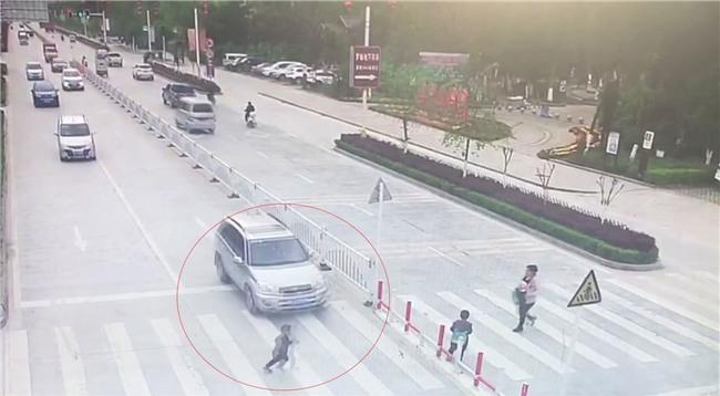 Trung Quốc: Mẹ mải dán mắt vào điện thoại, con trai chạy qua đường bị ôtô tông trực diện - Ảnh 3.