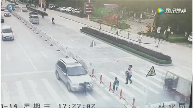 Trung Quốc: Mẹ mải dán mắt vào điện thoại, con trai chạy qua đường bị ôtô tông trực diện - Ảnh 5.