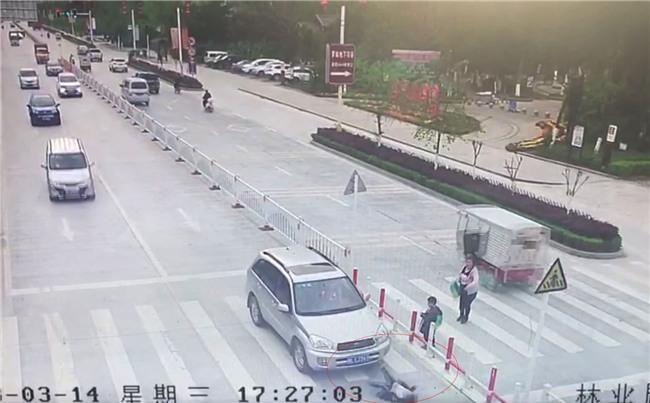 Trung Quốc: Mẹ mải dán mắt vào điện thoại, con trai chạy qua đường bị ôtô tông trực diện - Ảnh 6.