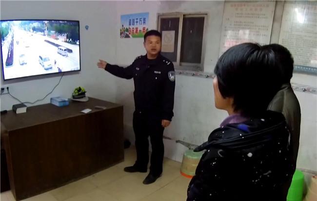 Trung Quốc: Mẹ mải dán mắt vào điện thoại, con trai chạy qua đường bị ôtô tông trực diện - Ảnh 7.