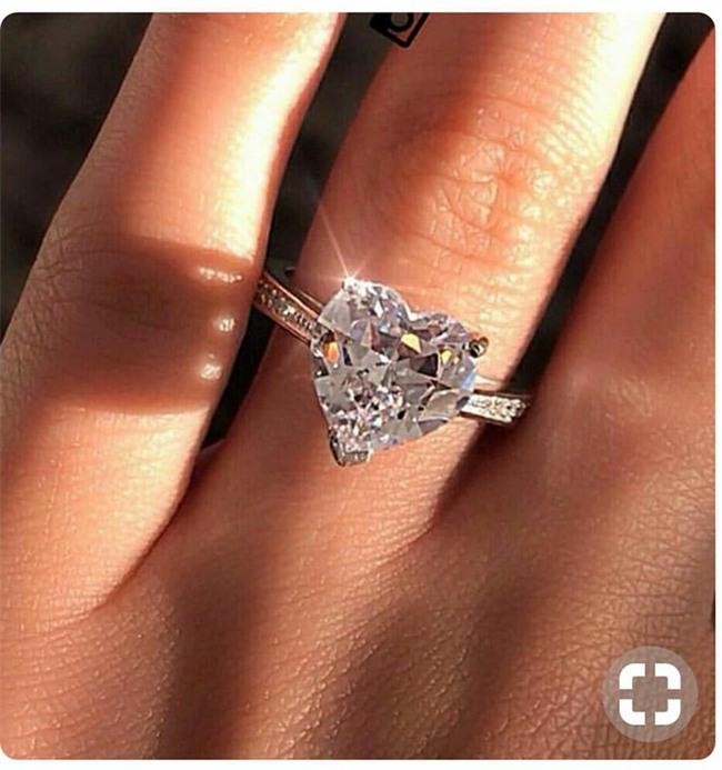 """Hà Hồ vừa khoe nhẫn kim cương cỡ đại, các """"thánh soi"""" đã xôn xao nguồn gốc của bức ảnh - Ảnh 2."""