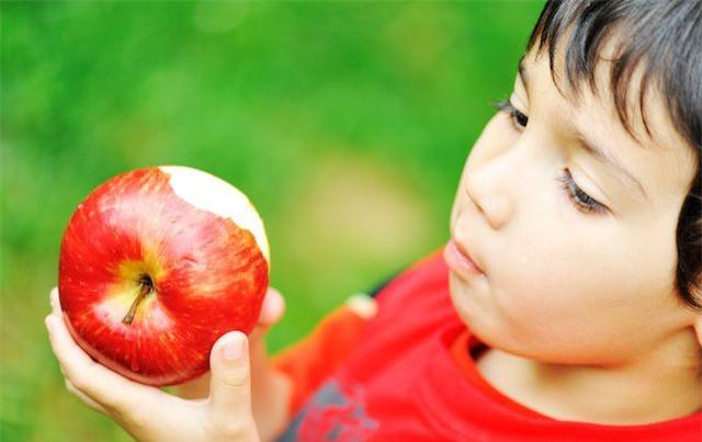 Từ bài học quả táo mẹ dạy khi bé, người thành công vang dội, kẻ vào tù ra khám - Ảnh 1.