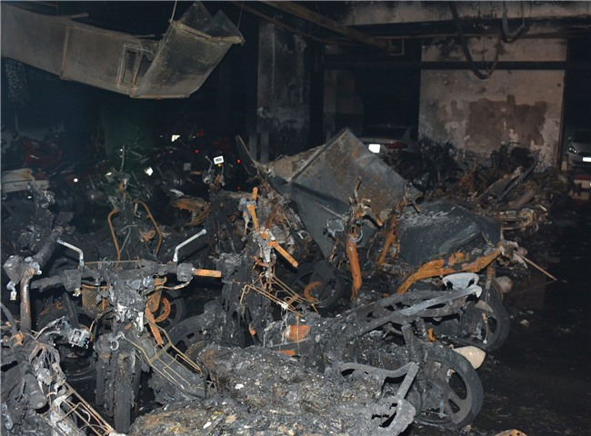 Vụ cháy chung cư Carina: Không loại trừ khả năng cài đặt gây nổ, hệ thống cửa ngăn cháy bị kê chặn ở tất cả các tầng - Ảnh 1.