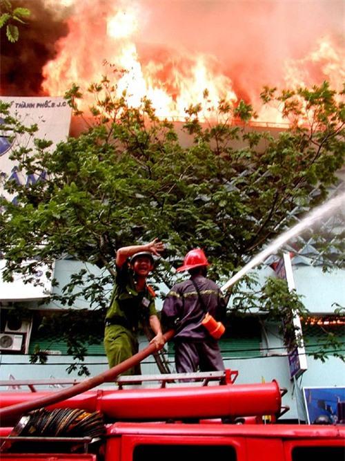 16 năm sau thảm họa ITC, người Sài Gòn lại bàng hoàng trước nỗi đau và mất mát quá lớn trong vụ cháy chung cư Carina - Ảnh 6.