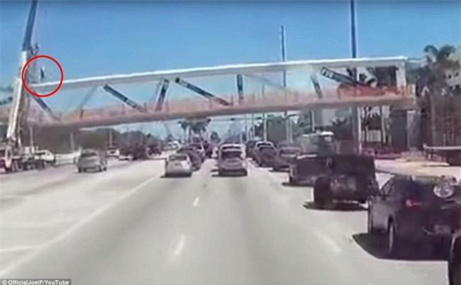 Khoảnh khắc kinh hoàng khi cầu vượt 950 tấn bị sập ở Mỹ: Công nhân xây dựng bị hất văng lên không trung, rơi xuống đống đổ nát - Ảnh 2.