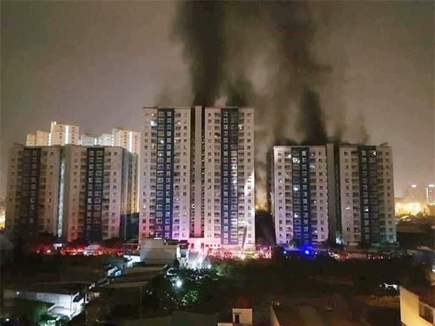 Nhìn lại toàn bộ diễn biến và những câu chuyện ám ảnh trong vụ cháy kinh hoàng ở chung cư Carina khiến 14 người thiệt mạng - Ảnh 1.