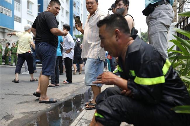 Nữ phóng viên chụp bức ảnh anh lính cứu hỏa bị bỏng tuột da tay: Anh ấy chỉ ngồi đó, mắt vẫn hướng về đồng đội và đám cháy - Ảnh 3.