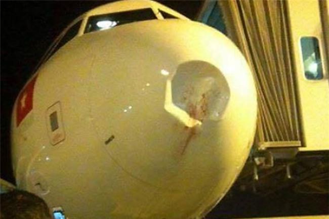 Nhận được điện khẩn về vụ va chạm giữa không trung, ai cũng giật mình khi biết hung thủ gây lõm đầu máy bay - Ảnh 4.