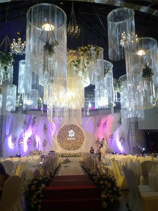 Đám cưới 2 tỷ đồng tại Quảng Ninh với sự góp mặt của nhiều ngôi sao nổi tiếng, mời 1000 khách khiến MXH ngất ngây - Ảnh 4.