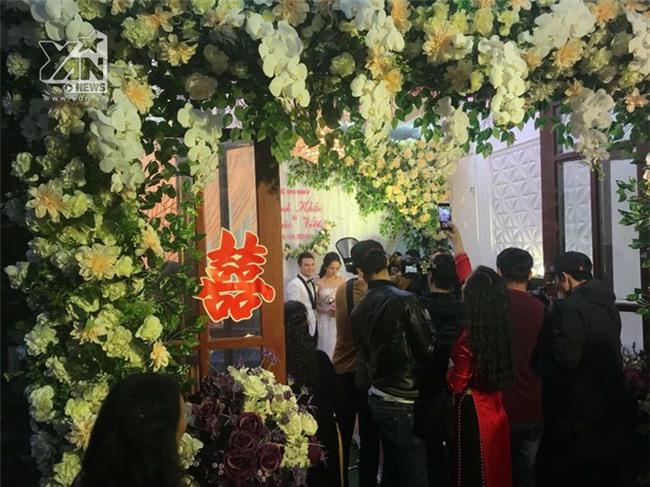 Vợ Khắc Việt còn tranh thủ livestream trong lúc làm lễ.   Sự kiện này thu hút rất nhiều sự chú ý của khán giả và cánh truyền thông. - Tin sao Viet - Tin tuc sao Viet - Scandal sao Viet - Tin tuc cua Sao - Tin cua Sao