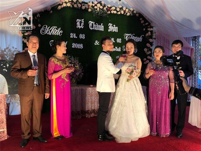 Cả hai thực hiện nghi thức lễ cưới trước gia đình và nhiều quan khách. - Tin sao Viet - Tin tuc sao Viet - Scandal sao Viet - Tin tuc cua Sao - Tin cua Sao
