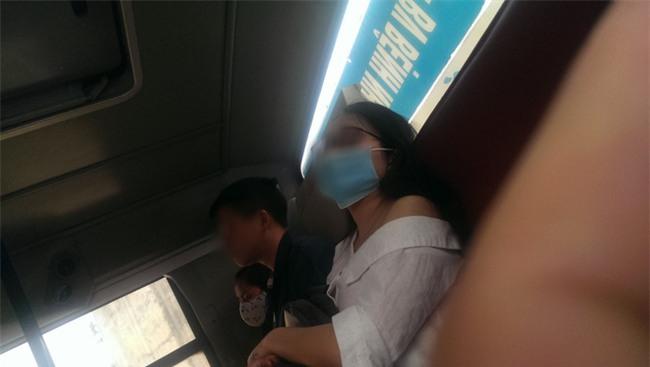 Làm người tốt không dễ: Giúp mỹ nhân ngủ gật trên xe bus đang tuột áo tránh bị soi, anh chàng không ngờ bị tát đau điếng - Ảnh 2.
