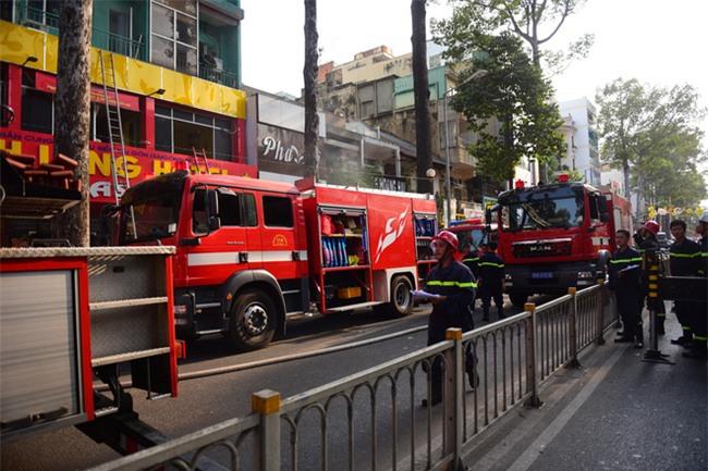 Cháy khách sạn ở Sài Gòn: Giải cứu khẩn cấp 11 khách nước ngoài và 8 người Việt Nam - Ảnh 1.