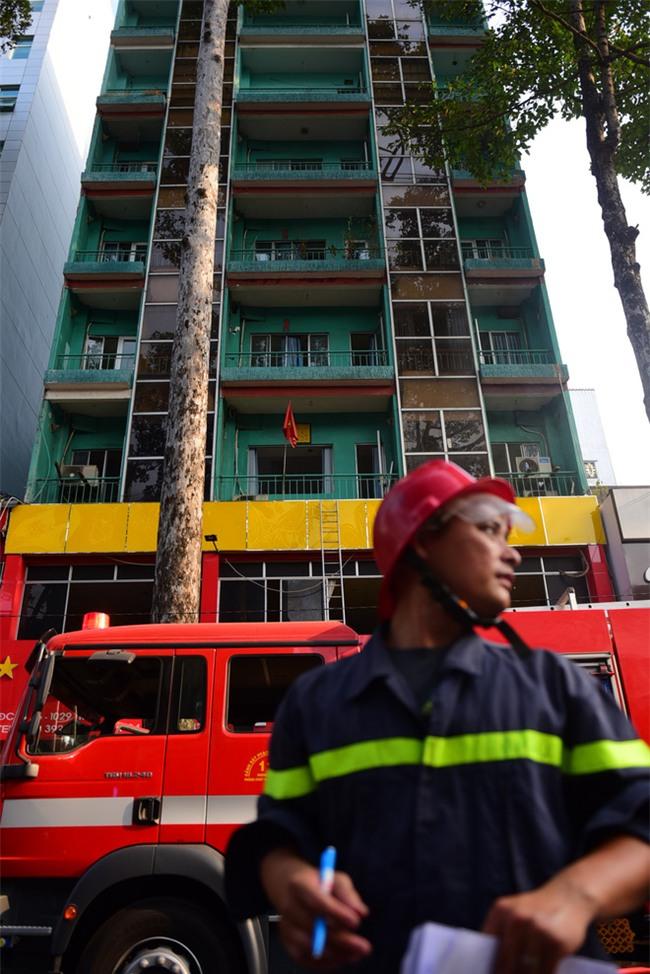 Cháy khách sạn ở Sài Gòn: Giải cứu khẩn cấp 11 khách nước ngoài và 8 người Việt Nam - Ảnh 2.