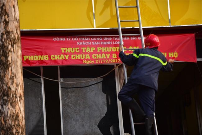 Cháy khách sạn ở Sài Gòn: Giải cứu khẩn cấp 11 khách nước ngoài và 8 người Việt Nam - Ảnh 7.