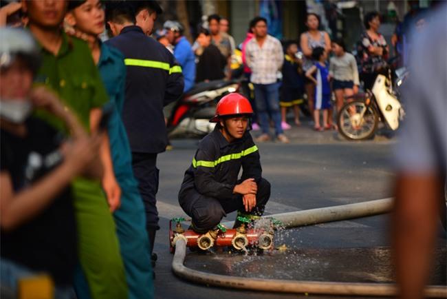 Cháy khách sạn ở Sài Gòn: Giải cứu khẩn cấp 11 khách nước ngoài và 8 người Việt Nam - Ảnh 8.