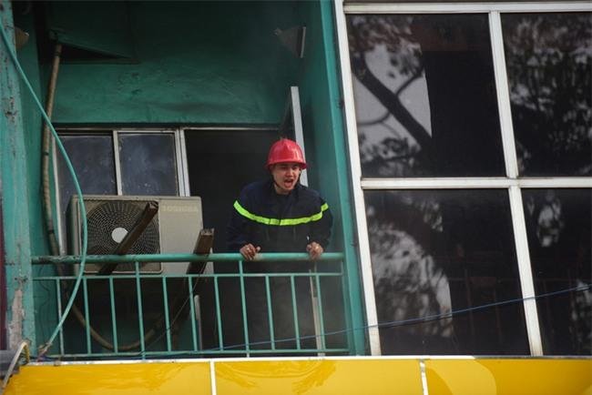 Cháy khách sạn ở Sài Gòn: Giải cứu khẩn cấp 11 khách nước ngoài và 8 người Việt Nam - Ảnh 9.