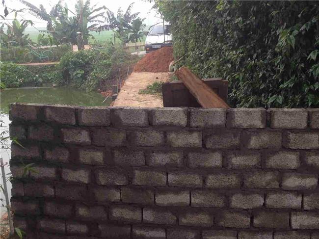 Mâu thuẫn đất đai, 1 hộ dân đổ đất bịt luôn lối đi duy nhất của nhiều nhà hàng xóm - Ảnh 2.