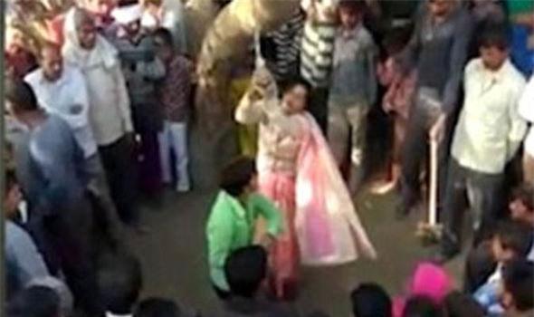 Chồng trói vợ vào cây đánh 100 roi rồi mặc đám đàn ông làm nhục vợ