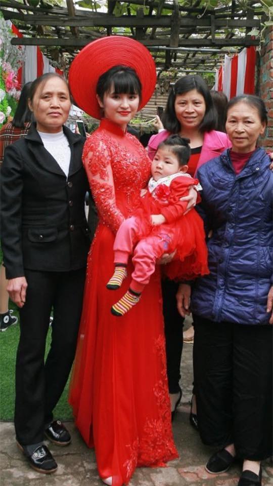 Em bé Lào Cai suy dinh dưỡng ngày nào nay đã 3 tuổi, xuất hiện xinh xắn như công chúa trong lễ vu quy của mẹ nuôi - Ảnh 3.