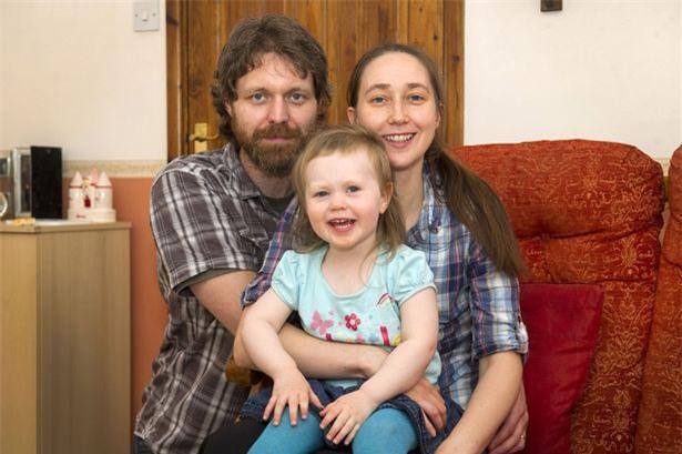 Hớn hở chạy khoe bố mẹ bức tranh mới vẽ, ngờ đâu tai họa ập xuống suýt lấy mạng cô bé 2 tuổi - Ảnh 4.