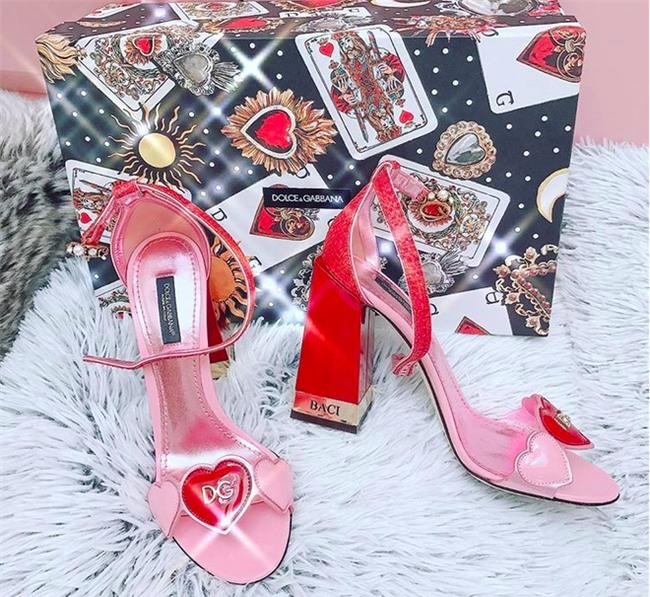Có ai như Ngọc Trinh, đã sắm một loạt đồ hiệu màu hồng lại còn diện cả loạt váy áo màu hồng mới chịu  - Ảnh 1.
