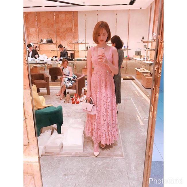 Có ai như Ngọc Trinh, đã sắm một loạt đồ hiệu màu hồng lại còn diện cả loạt váy áo màu hồng mới chịu  - Ảnh 10.