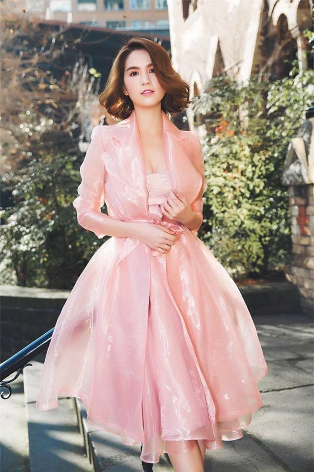 Có ai như Ngọc Trinh, đã sắm một loạt đồ hiệu màu hồng lại còn diện cả loạt váy áo màu hồng mới chịu  - Ảnh 14.