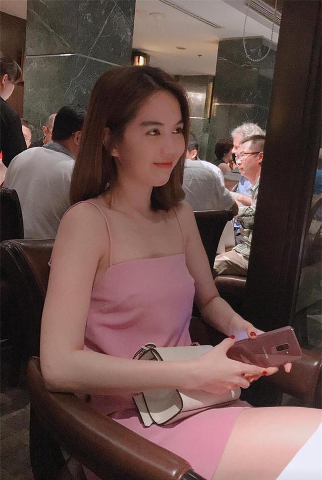 Có ai như Ngọc Trinh, đã sắm một loạt đồ hiệu màu hồng lại còn diện cả loạt váy áo màu hồng mới chịu  - Ảnh 6.