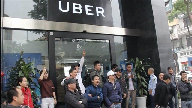 Uber bán mình cho Grab: Gom hết khách, bao sân tha hồ tăng giá