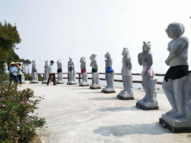 12 tượng khỏa thân ở Đồ Sơn gây bão sẽ được chủ nhân mặc quần áo - Ảnh 1.