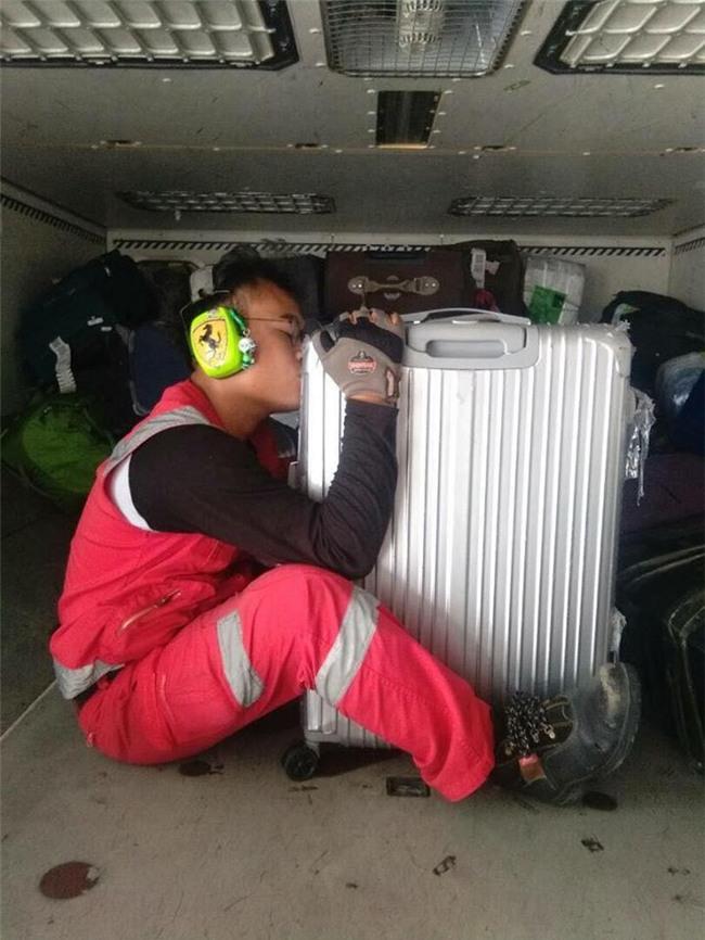 Bị phàn nàn nhiều về việc ném, quăng quật hành lý của khách, nhân viên hàng không chụp hình hôn từng chiếc vali một - Ảnh 1.