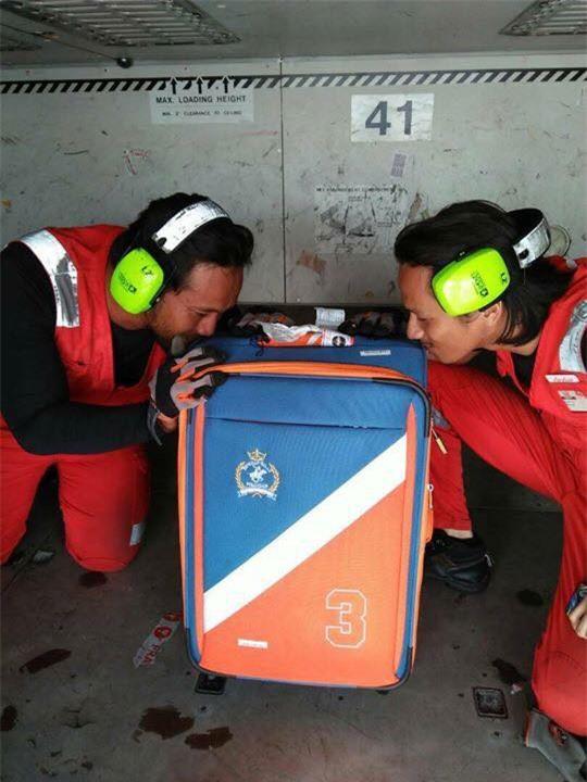 Bị phàn nàn nhiều về việc ném, quăng quật hành lý của khách, nhân viên hàng không chụp hình hôn từng chiếc vali một - Ảnh 2.