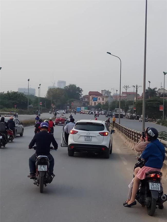 Chàng trai bối rối nhìn xe máy bốc cháy giữa đường và quyết định của 2 người đàn ông - Ảnh 1.