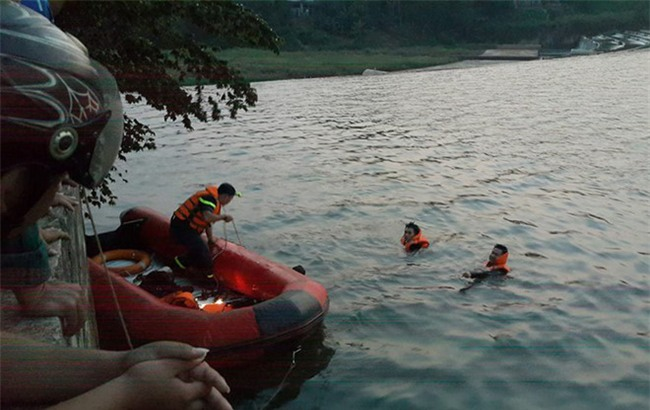 Thi thể đôi nam nữ ôm chặt nhau dưới đáy hồ
