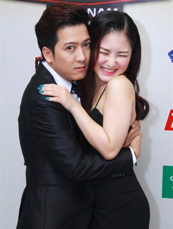 Loạt ảnh lộ rõ thói quen thích ôm, hôn đồng nghiệp nữ của Trường Giang - Ảnh 10.