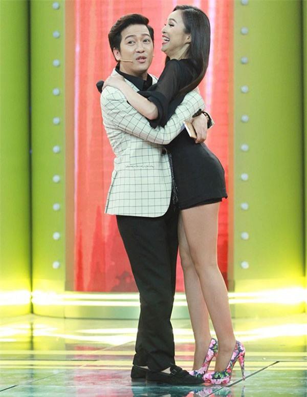 Loạt ảnh lộ rõ thói quen thích ôm, hôn đồng nghiệp nữ của Trường Giang - Ảnh 11.