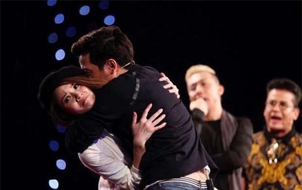 Loạt ảnh lộ rõ thói quen thích ôm, hôn đồng nghiệp nữ của Trường Giang - Ảnh 14.