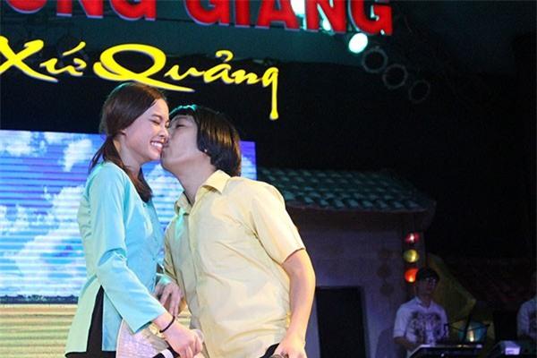 Loạt ảnh lộ rõ thói quen thích ôm, hôn đồng nghiệp nữ của Trường Giang - Ảnh 15.