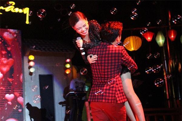 Loạt ảnh lộ rõ thói quen thích ôm, hôn đồng nghiệp nữ của Trường Giang - Ảnh 16.