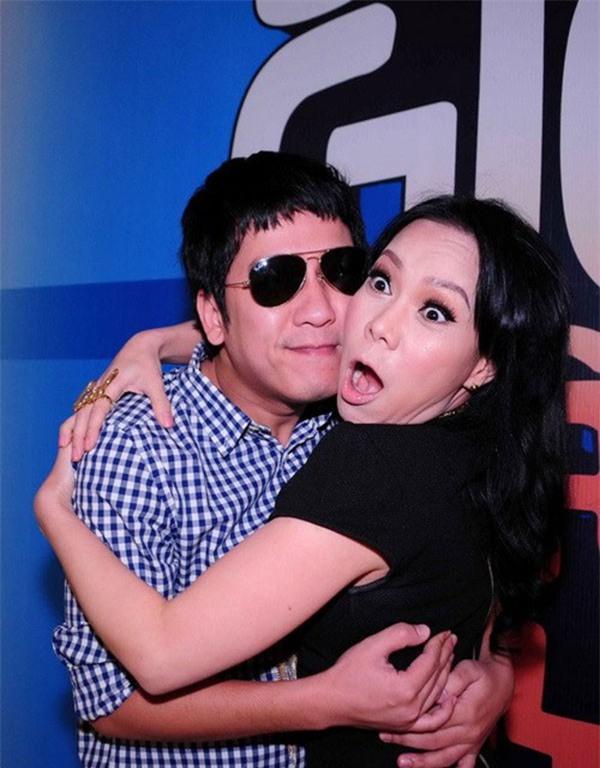 Loạt ảnh lộ rõ thói quen thích ôm, hôn đồng nghiệp nữ của Trường Giang - Ảnh 18.