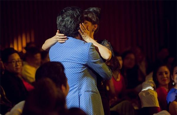 Loạt ảnh lộ rõ thói quen thích ôm, hôn đồng nghiệp nữ của Trường Giang - Ảnh 19.