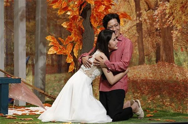 Loạt ảnh lộ rõ thói quen thích ôm, hôn đồng nghiệp nữ của Trường Giang - Ảnh 8.