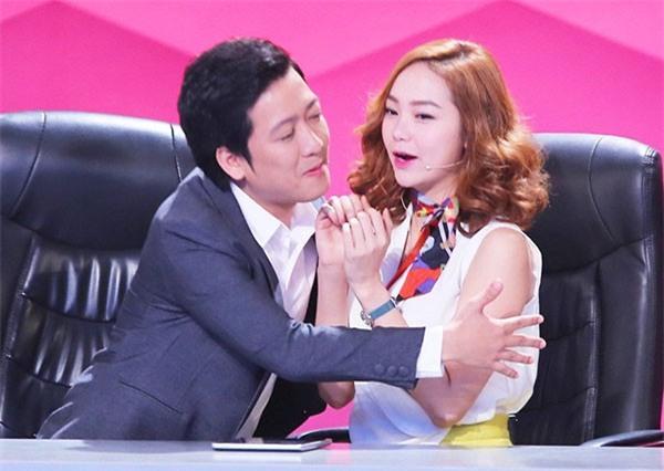 Loạt ảnh lộ rõ thói quen thích ôm, hôn đồng nghiệp nữ của Trường Giang - Ảnh 9.