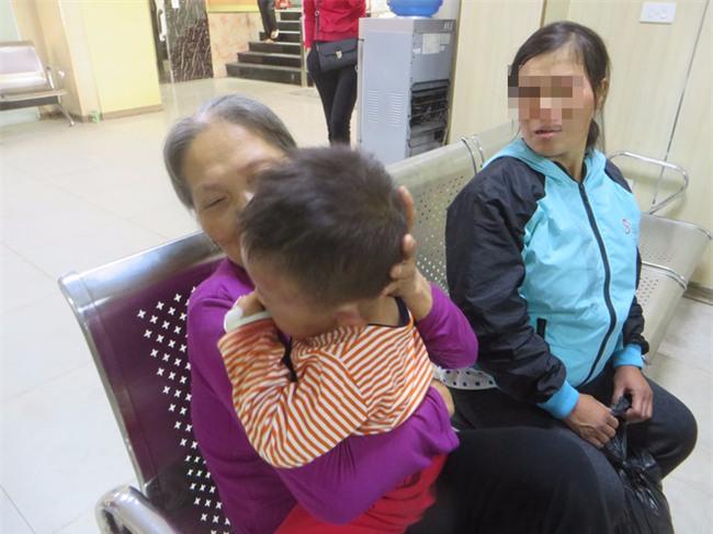 Nghệ An: Nghi vấn bé trai 2 tuổi bị cha dượng bạo hành khiến mặt mũi sưng phù, bầm tím - Ảnh 2.