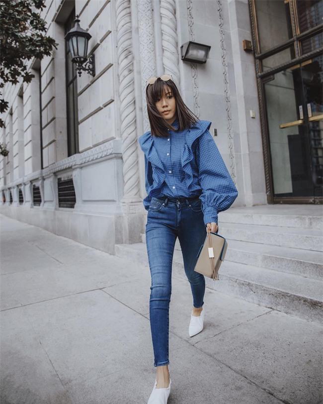 Sơmi cách điệu + quần jeans: quý cô châu Á đang khởi động mùa hè bằng combo điệu đà mà năng động này - Ảnh 1.