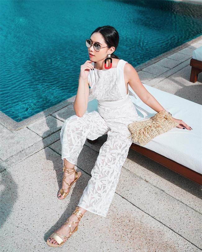 Sơmi cách điệu + quần jeans: quý cô châu Á đang khởi động mùa hè bằng combo điệu đà mà năng động này - Ảnh 11.